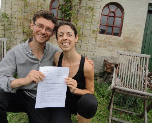 Mathias og Alea med Købsaftalen - Kopi (2)