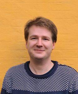 Tue Thinggaard (f.1977) er cand.mag i etnografi og antropologi. Har siden 2012 arbejdet på Aalborg Universitet med at undervise og vejlede på det nye studie teknoantropologi. Tue flytter til Als med sin kone og sine to børn til sommer.