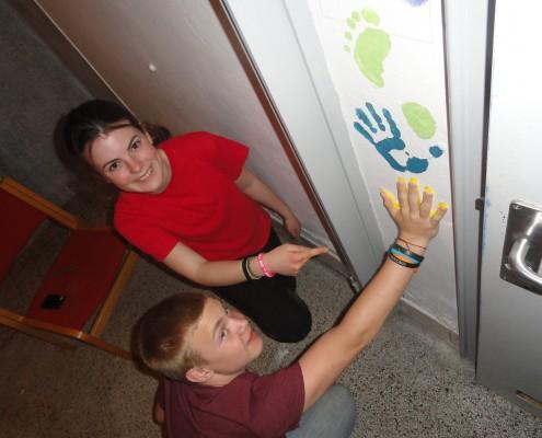 Noah og Malene dekorerer kælder-toiletterne på deres kommende skole.